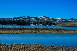 última olhada no inverno no sopé do lago foto