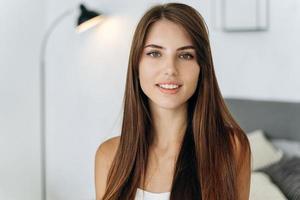 retrato de mulher jovem sorrindo enquanto posava em seus apartamentos aconchegantes foto