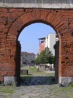 porta palatina palatine gate em turin foto
