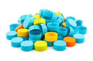 tampas de garrafas de plástico coloridas em fundo branco foto