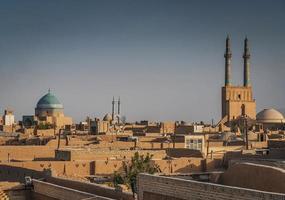 torres eólicas nos telhados do centro e vista da paisagem da cidade velha de Yazd City, no Irã foto