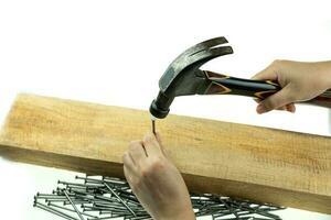 martelo de mão acertando um prego foto
