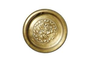 bandeja dourada antiga tailandesa em fundo branco foto