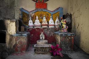 pequeno santuário chinês tradicional local na antiga rua taipa de macau china foto
