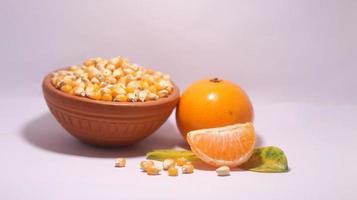 inteiro e tem laranjas maduras em fundo branco com traçado de recorte. foto
