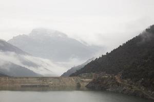 paisagem nebulosa nos cárpatos romenos foto