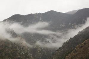 paisagem montanhosa enevoada foto