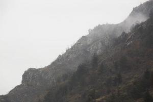 Mountain View tem uma bela paisagem montanhosa de manhã nevoenta. foto
