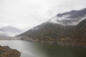 montanhas no nevoeiro foto