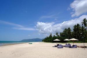 ilha tropical com praia de areia branca na praia khanom na Tailândia foto