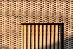alvenaria e porta de garagem foto