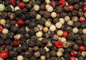 um monte de grãos de pimenta secos foto
