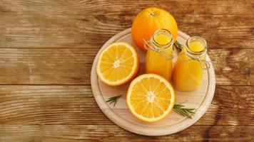 suco de laranja fresco na mesa de madeira em uma placa de madeira foto