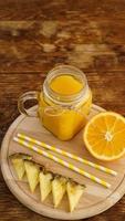 garrafas de suco de abacaxi em uma mesa de madeira. foto