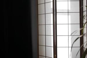 portas deslizantes japonesas feitas de papel translúcido e madeira de bambu foto
