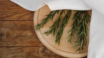 raminhos de alecrim em uma placa de madeira para corte. estilo rústico foto