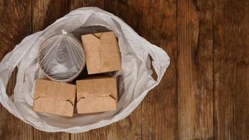 entrega de comida asiática. alimentos em recipientes e em um pacote foto