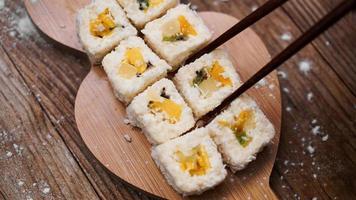 entrega de sushi. pãezinhos doces feitos de arroz, abacaxi, kiwi e manga. foto
