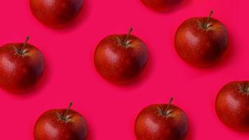 fileiras de maçã vermelha em fundo rosa foto