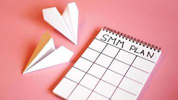 conceito de marketing de mídia social - plano SMM em um fundo rosa foto