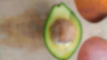 desfocar foto de abacate no fundo da mesa de madeira