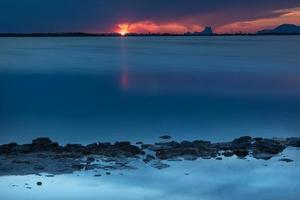 pôr do sol no estany pudent no parque natural de ses salines em formentera foto
