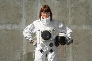 astronauta sem capacete no fundo de uma parede cinza foto