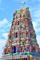 esculturas em templo hindu foto