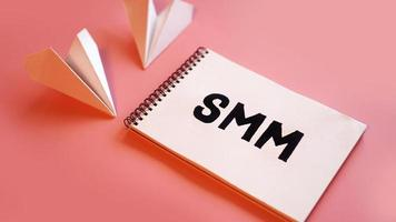conceito de marketing de mídia social - smm em um fundo rosa foto