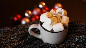 chocolate quente de natal com marshmallows brancos foto