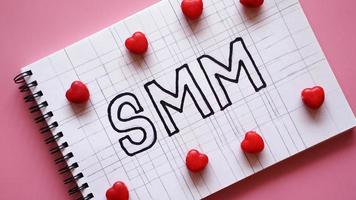 texto de marketing de mídia social smm no notebook foto