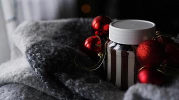 creme de chocolate doce no frasco no fundo do natal foto