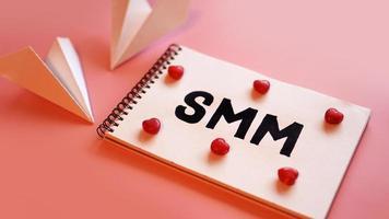 conceito de marketing de mídia social. a inscrição smm foto
