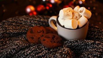 caneca com marshmallows e biscoitos de chocolate foto