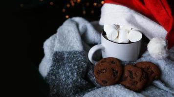 caneca de chocolate quente com chapéu de natal, marshmallow foto