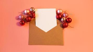 folha de papel em branco para anotações, envelope de papel kraft foto