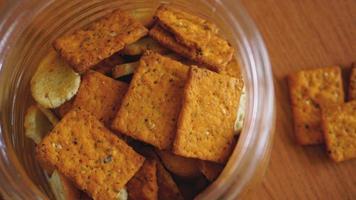 biscoito de trigo em uma jarra de vidro na mesa de madeira. foto