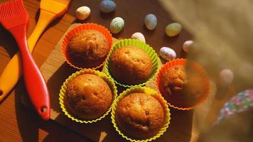 mini bolos decorados com ovos, sobremesa de páscoa foto