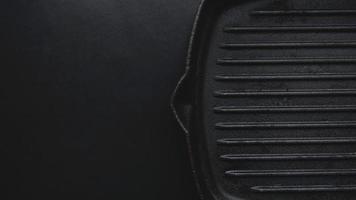 frigideira de ferro fundido em fundo preto foto
