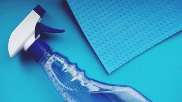 tarefas domésticas, tarefas domésticas e conceito doméstico - pano de limpeza foto