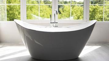 banheiro moderno em interior claro com janela grande foto