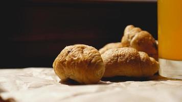 croissants fresquinhos com suco de laranja em papel kraft foto