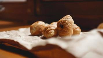 café da manhã francês com croissant, louças kraft em papel kraft foto