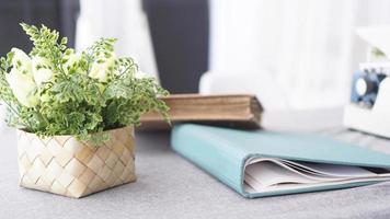 espaço de trabalho feminino com buquê de flores em branco foto