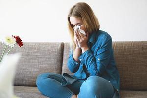 resfriado da primavera ou alergias. garota atraente é alérgica foto