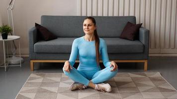 hora de ioga. jovem atraente se exercitando foto