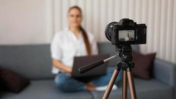 blogger gravando vídeo em ambientes fechados, foco seletivo na tela da câmera foto