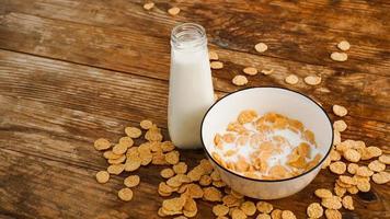 fundo de alimentação saudável. leite fresco em uma tigela com flocos de milho foto