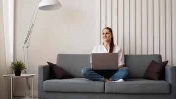 mulher trabalhando em um laptop em casa ou estudante foto