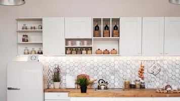 cozinha moderna branca. uma mistura de rústico foto